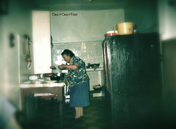 abuela sirviendo comida